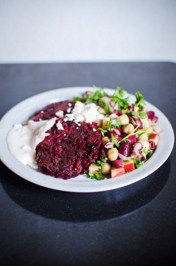 [ Rödbetsbiffar med världens godaste bönsallad ] 250 g kokt, kall och skalad potatis / 250 g råa rödbetor / 1 vitlöksklyfta / 1 ägg / 1 msk finhackad gräslök / 1 msk finhackad basilika / 2 msk olivolja / salt & peppar | { Instruktioner } Riv potatisen, rödbetorna + vitlöken så fint du kan på rivjärn. Blanda runt allt, tillsätt sedan ägget, olivoljan + kryddorna. Forma biffar, stek i olivolja på medelvärme, 4–5 min på varje sida.