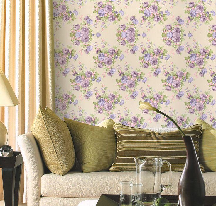 O Papel de parede floral é uma boa opção para dar cor e vida à decoração da sala. O papel de parede combina com cortinas de cores neutras e deixa o ambiente bastante aconchegante.