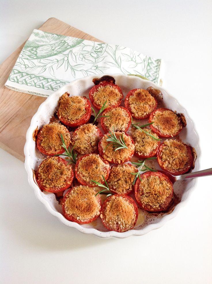 I pomodori gratinati al forno sono un contorno light e facile da preparare; sono perfetti per accompagnare qualsiasi secondo sia di carne che di pesce. Questa ricetta si realizza davvero in pochissimo tempo: vi basterà solo tagliare i pomodori a metà, eliminare i semi e farli sgocciolare dall'acqua di vegetazione mentre voi vi occupate della preparazione del ripieno. Questi pomodori possono essere tranquillamente preparati in anticipo, infatti sono buoni sia caldi che tiepidi; potete anche…