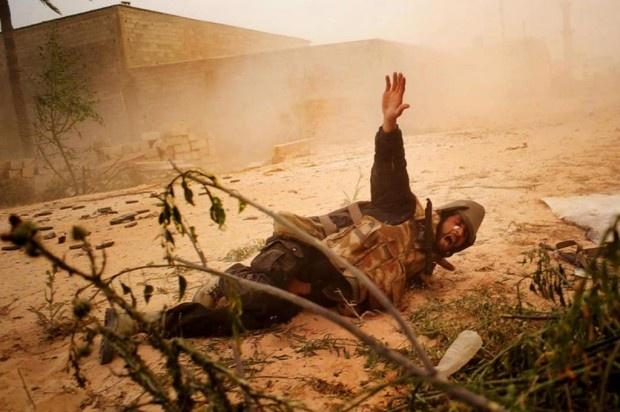 Foto vencedora do Robert Capa Gold Medal. Brasileiro, André Liohn, ganha prêmio mundial de fotografia por imagens da guerra civil na Líbia.
