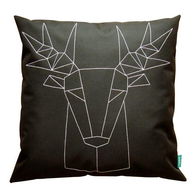 lukola handmade // Dekoracyjna poduszka kanapowa z geometrycznym jeleniem // Decorative couch pillow with geometric deer