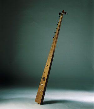 TROMPA MARINA A pesar de lo equívoco de su nombre, la trompa –o tromba– marina no es un instrumento de viento. La peculiaridad de la primera parte de su nombre proviene del sonido similar al de una trompeta, provocado por su particular puente. Éste consta de dos patas, sobre las que descansa la cuerda de forma deliberadamente asimétrica. Gracias a ello, cuando el intérprete realiza un crescendo en el volumen, se provoca una repiqueteo sobre la tapa armónica que recuerda al sonido de los…