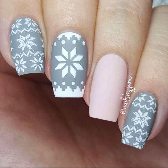 These could possibly be my most fave Holiday nails ever. Yep. Calling it. @whatsupnails Knit Your Own Sweater Tapes and Stencils with @moyou_london Festive 06 plate. Music: Straight No Chaser ft Kristen Bell - Text Me Merry Christmas 🎶 #25daysofchristmasnailsbyjema