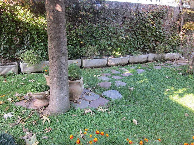 Ecco qualche immagine del mio giardino dove ho fatto qualche lavoretto fai-da-te da solo. Ho creato un sentiero decorativo con rocce e vasi, poi ho sistemato una bordura per aiuole in legno e infine ho creato una composizione per nascondere il punto del giardino che dopo l'estate è rimasto senza erba perchè era coperto dalla piscina dei bambini!