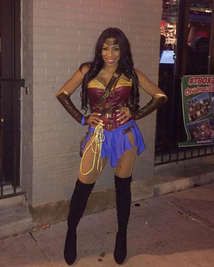 Trick or treat Halloween! mi disfraz de @llama_violeta Rocking in Chicago #wonderwoman#trickortreat#missmalu#maluliscious#chicago#thewindycity
