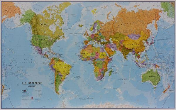 Les noms de pays sont imprimés dans des caractères clairement lisibles. Les capitales et les grandes villes sont en anglais. Dans le territoire des Etats-Unis, du Canada, du Brésil et de l'Australie les frontières intérieures d'états ou de provinces sont indiquées. Le milieu du Pacifique, de l'Alaska / Sibérie jusqu' à la Nouvelle-Zélande est repris, sur les deux extrémités de la carte pour une meilleure représentation de cette région. Les cartes présentent une hachure claire du reliëf des…