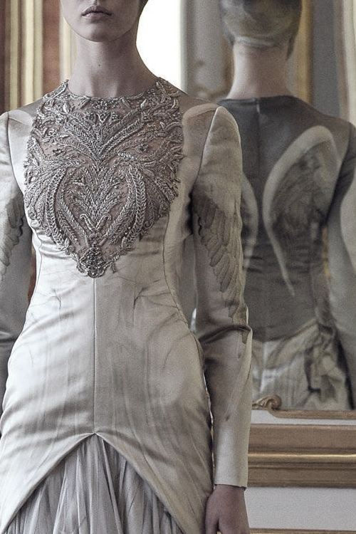 "pivoslyakova:  "" Alexander McQueen Fall/Winter 2010-2011 Detail.  """