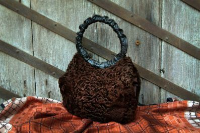 Original vintage bag sleeve Persian brown fur. Internal compartment sleeve with side pocket with zippered closure. Single leather handle... beautiful! http://www.vitrinevintage.com/product-details.php?id=3617