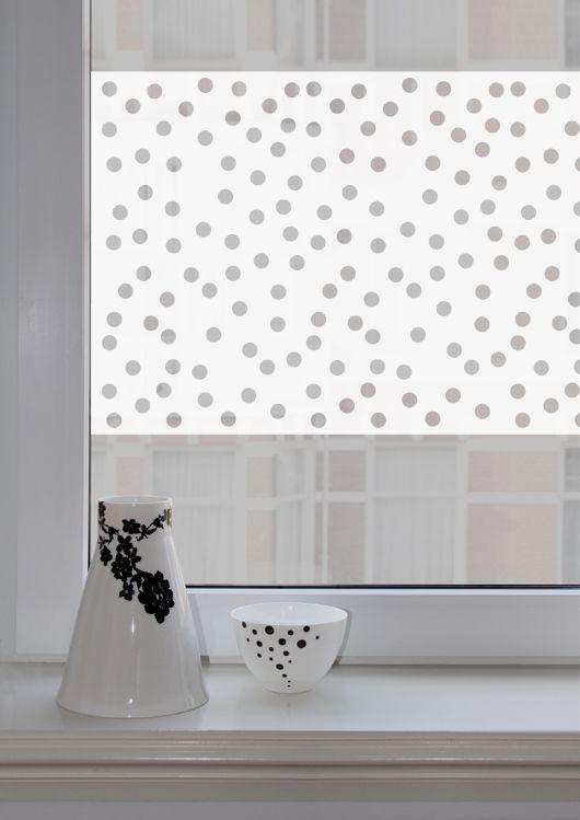 Moderne raamsticker met uitgesneden patroon voor een mooi effect. Functioneel tegen inkijk en een eigentijdse decoratie. #raamsticker #raamdecoratie #dots