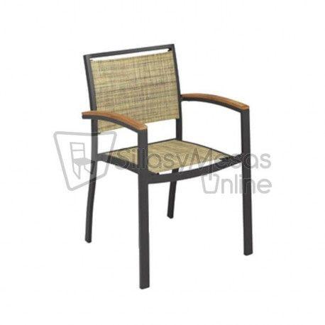 Sillacon brazos con estructurade aluminio plastificadoen color gris oscuro y cuyo asiento y respaldo están elaborados con textilene en color marrón jaspeado.  Mobiliario para hostelería de aspecto moderno y elegante parauso en terrazas.