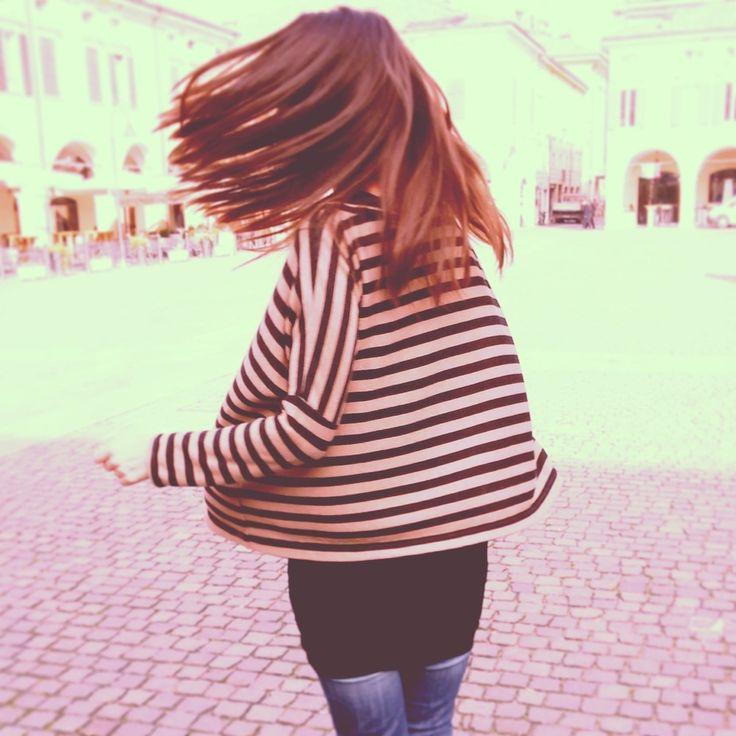 Maxi maglia in misto lana rigato con maniche lunghe e scollo ampio (da portare con una spalla scoperta).Maxi knit wool blend lined with long sleeves and wide neck ( to be worn with a bare shoulder ) .