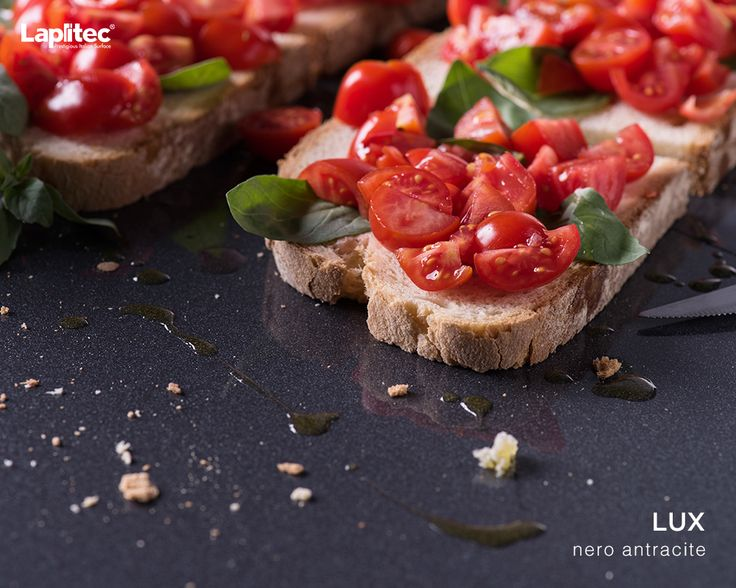 Preparing a healthy snack doesn't need to be a chore. This easy to clean Lapitec® Lux in Nero Antracite is all the proof you need.