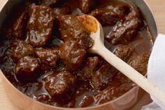 Zutaten    1kg  Rindfleisch  1kg  Zwiebeln  210  gSchweineschmalz  1EL  Paprika (edelsüß)  1PriseSalz  2Stk.Knoblauchzehen...