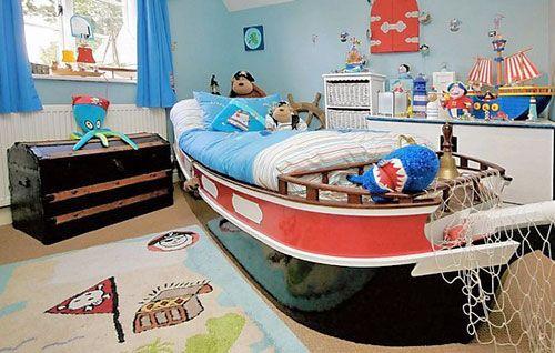 Marcenaria sob medida proporcionam uma cama navio para o menino