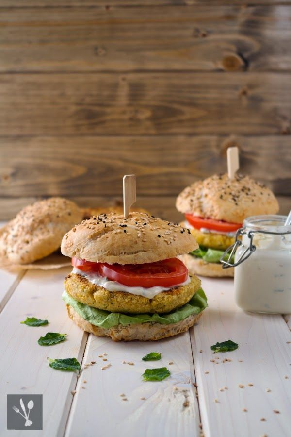 ... Burger mit Joghurt-Tahini-Sauce I Chickpea burger with yogurt-tahini