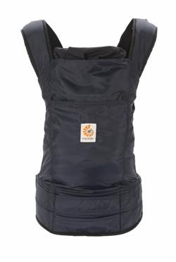 Showaway Navy - minimalistisk bæresele i polyester. Perfekt til rejsen, da den kan foldes sammen til næsten ingen ting og pakkes sammen i forlommen på bæreselen. Se den her : http://www.livrig.dk/shop/stowaway-navy-292p.html
