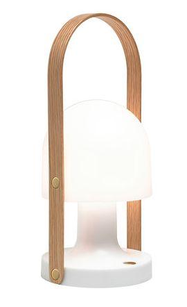 Bærbar og oppladbar, er followme en bordlampe som kan tas med uansett hvor du går. På grunn av sin lille , varme og selvstendig karakter, er det ideelt både innendørs og utendørs. Perfekt på terrasser som ikke har tilgang til strømnettet, eller for å erstatte levende lys. Og fordi skjermen ikke blir varm er den praktisk som nattbordslampe på barnerom. Kompakt og liten, med en svingende lampeskjerm laget av hvit polykarbonat, har den en frisk og strålende utseende. Den leveres med L...