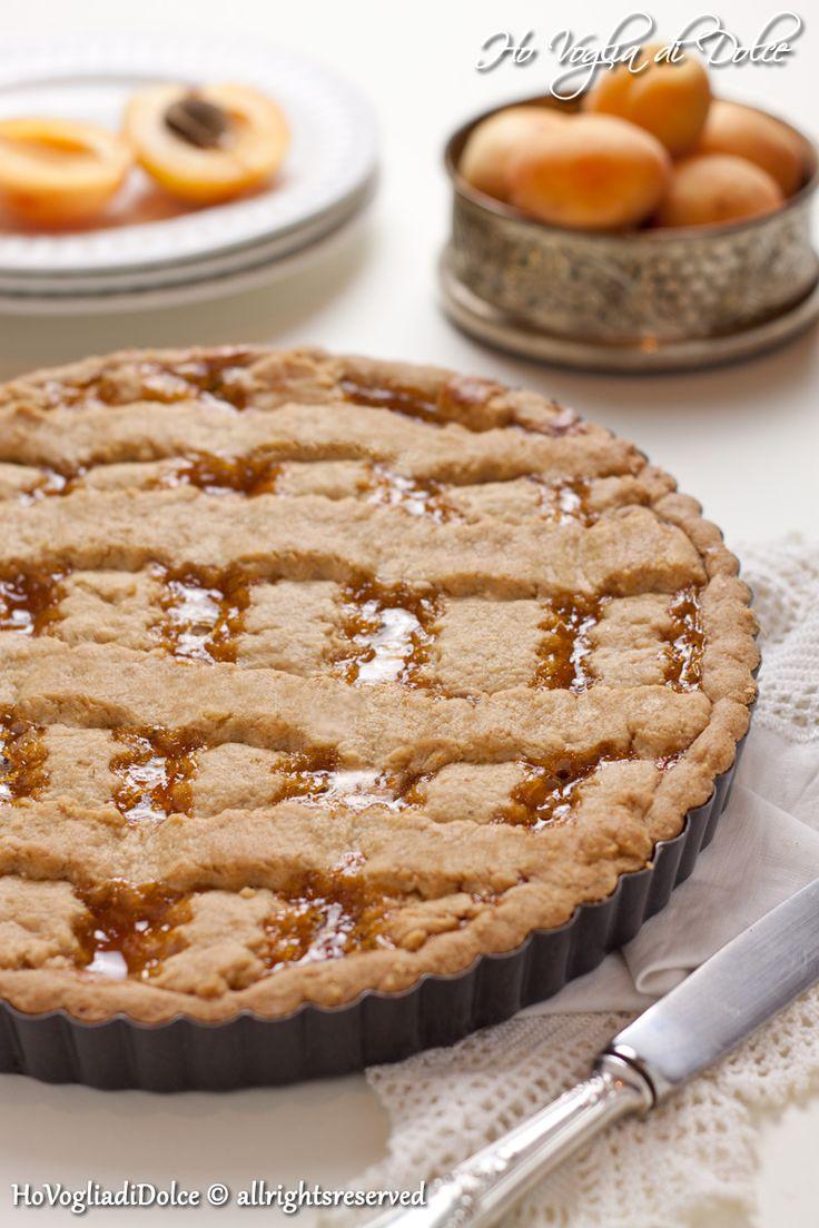 La crostata con marmellata di albicocche è il classico dolce da colazione o merenda adatto in tutte le stagioni. La frolla con lo zucchero di canna la rende più rustica e particolare