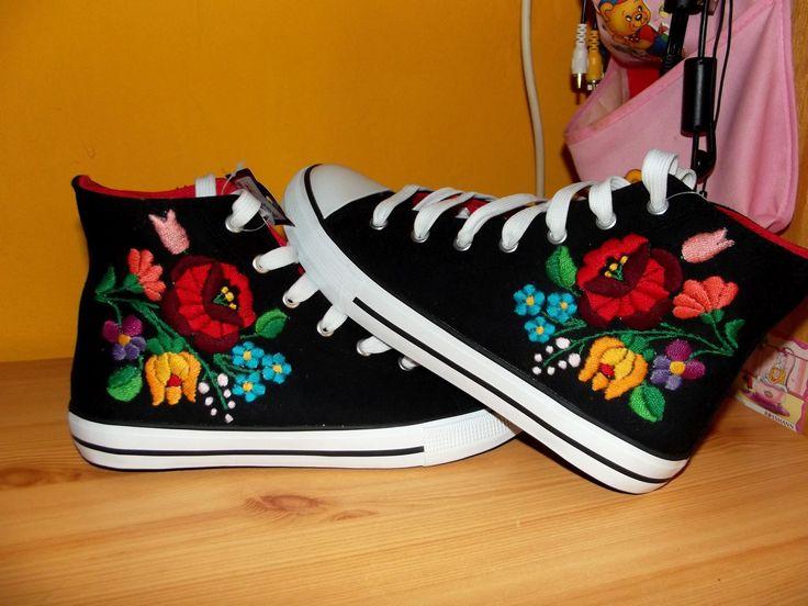 Kalocsai hímzett tornacipő.  (Kalocsai embroidered sneakers)