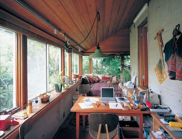 相片:日本建築家特輯|阿部 勤 (あべ つとむ,1936年~) 阿部先生的家:http://space09.exblog.jp/18575405 相當酷的官方網站:http://abeartec.com/ 下文的介紹說到,阿部先生一直很喜歡東南亞、南島風情。1995年起在日本的屋久島開始蓋自己的小屋,享受其中地一點一點親手建造,至今仍在持續進行中。(←真棒) 日本の建築家である。60年早稲田大学理工学部建築学科卒業後、坂倉準三建築研究所勤務。その間にタイ国にて、農業工業学校25校の設計管理でタイ国中を歩き廻り東南アジアや南の島の風土がすっかり好きになる。1975年にアルテック設立。1995年から屋久島に手造りで小屋を建て始め、現在まだ完成していない。時々行って少しずつ造ることを楽しんでいる。2004年 「私の家」第5回日本建築家協会25年賞受賞。現在、日本大学芸術学部非常勤講師。