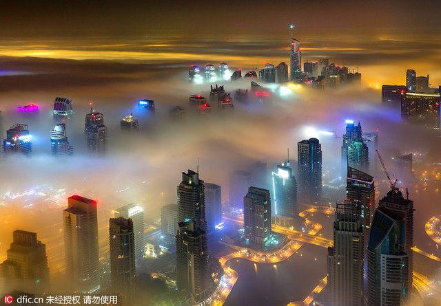 摄影师拍摄雾中迪拜 五彩斑斓美如仙境-凤凰新闻
