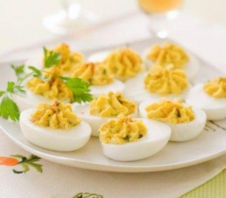 Jajka curry - Przepisy.Jajka faszerowane z curry maja piękny żółty kolor, jeśli chcemy by był jeszcze bardziej intensywny można dodać szczyptę kurkumy. Jajka curry to przepis, którego autorem jest: Magda Gessler
