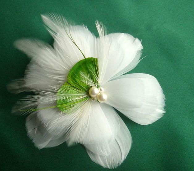 Haarschmuck & Kopfputz - Große Blume aus Gänsefeder grün - ein Designerstück von LaChia bei DaWanda