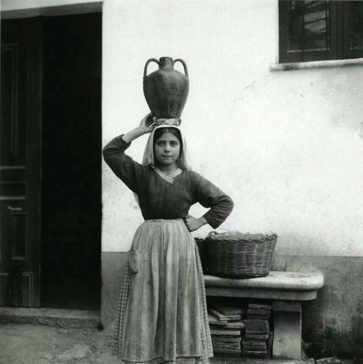 Ragazzina con brocca Sardegna 1935