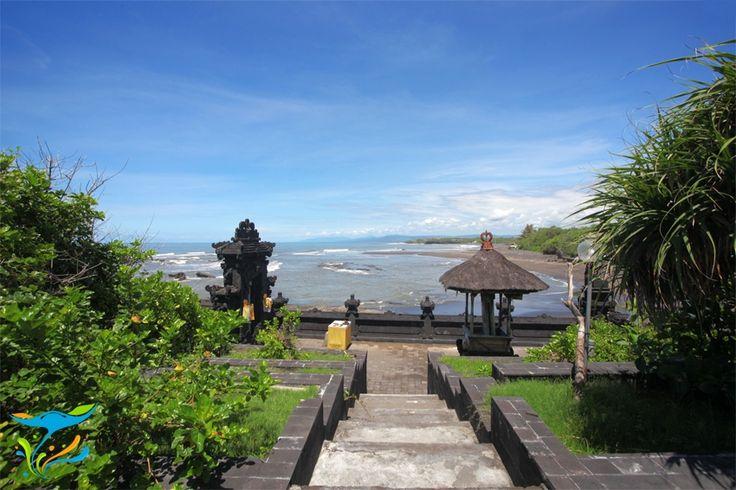 Tersembunyi di balik desa tradisional Bali yang tenang dan damai, Pura Batu Ngaus jarang dikunjungi wisatawan, padahal keindahan pura ini tidak kalah dibandingkan pura lain yang lebih populer seperti Pura Tanah Lot atau Pura Uluwatu. More info: http://fantasticbali.com/tempat-wisata/pura-gede-luhur-batu-ngaus.htm