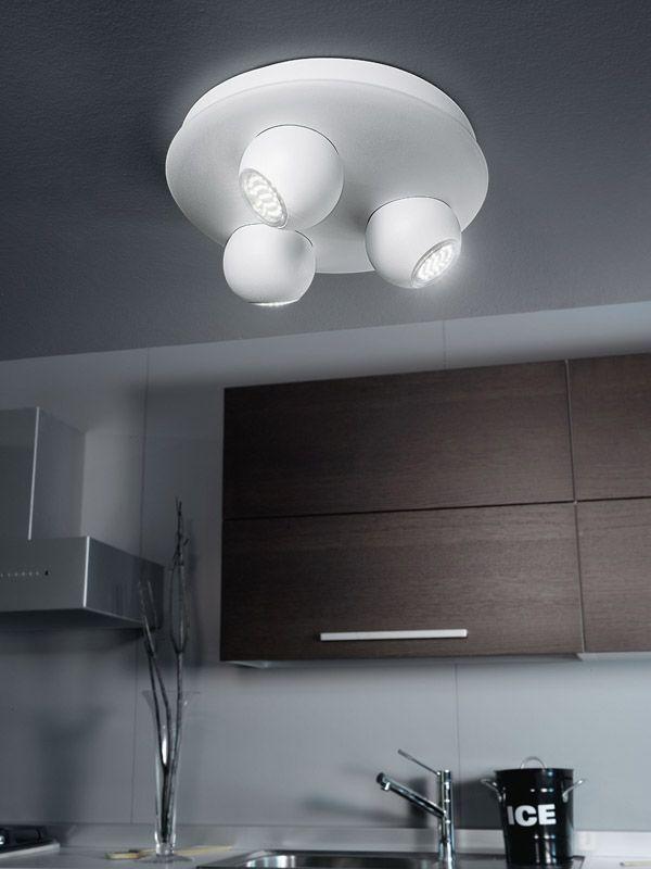 Avec ses courbes marquées, ce spot plafonnier LED a tout pour plaire. Economique et esthétique, il convient parfaitement à de nombreux types d'intérieurs avec sa touche moderne voire futuriste.