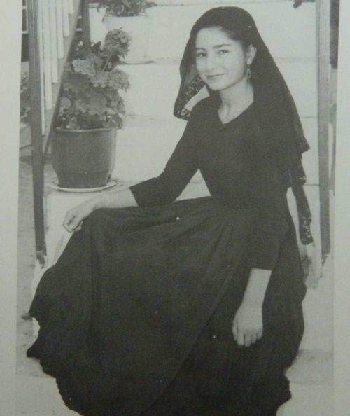 Λευκαδιτοπούλα με το κλειστό κοριτσίστικο φόρεμα του τόπου της.