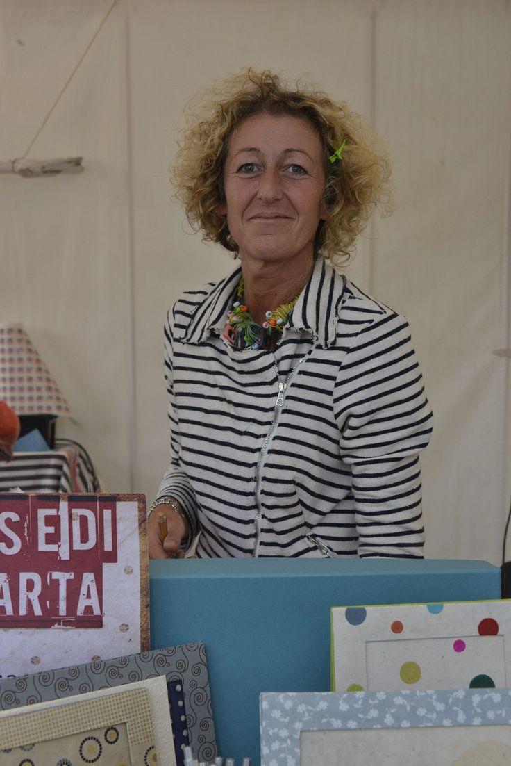 "Daniela ""regina"" tra le sue creazioni di carta (Ph. Foto Studio Azais)"