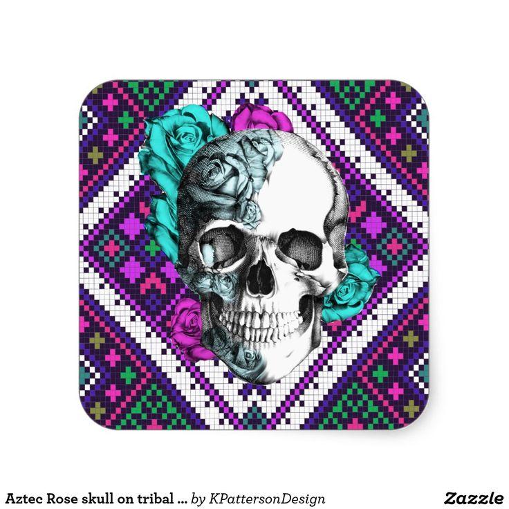 Aztec nam schedel op stammenpixelpatroon in roze toe, blauwgroen, en paars.