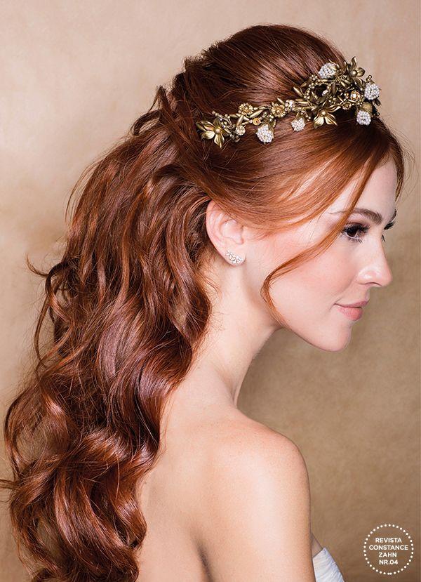 Penteado de noiva com tiara dourada com pérolas - cabelo meio preso ondulado ( Foto: Larissa Felsen   Tiara: Wanda Borges )