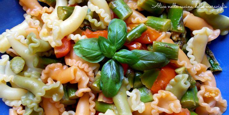 Pasta con asparagi, pomodorini e basilico, ricetta primo piatto vegano