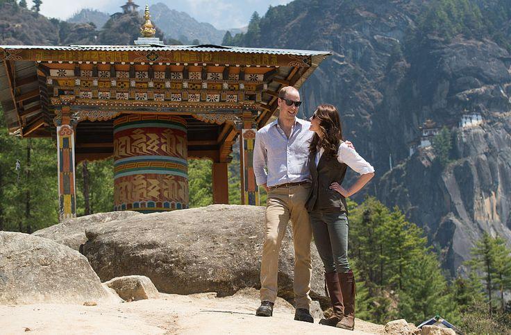 穿著 REALLY WILD 真皮背心 登上不丹的喜馬拉雅山!穿著 PENELOPE CHILVERS 及膝長靴 據說兩位爬到 11,000 公尺!
