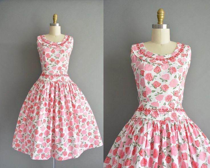 Prachtige vintage jaren 1950 steeg print jurk. De jurk heeft een ronde hals met rood borduurwerk en strass details. Er is een vleiend ingerichte bovenlijfje met buste Darten en een nipped taille passen. Er is een metalen rits voor sluiting in de rug.  ✂---M E EEN S U R E M E N T S---  best past: xs / kleine  Bust: tot 35 Taille: 25 heupen: open fit totale lengte: 42  materiaal: katoen voorwaarde: uitstekend _______________________________  ☆ Layaway is beschikbaar voor dit item! ☆ Expre...