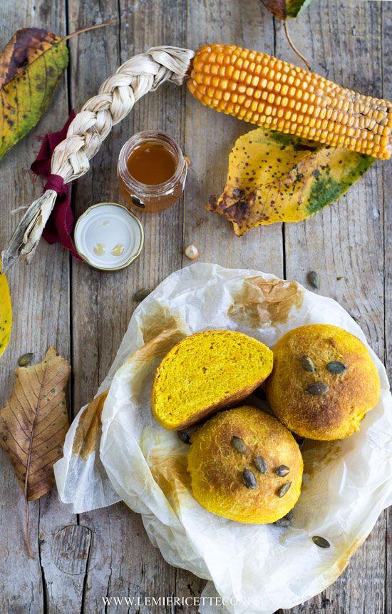 Panini al miele d'acacia con farina di mais, curcuma e semi di zucca. La custode del miele e delle api, ricetta a base di miele