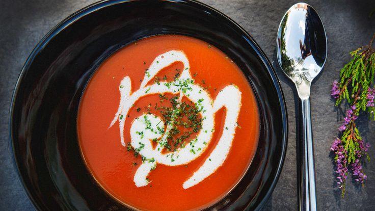 Hva er det egentlig med barn og posetomatsuppe? Hvorfor elsker nesten alle barnehagebarn den fordømte posen, mine egne inkludert? Sannelig om jeg vet. Men denne gangen likte de faktisk den hjemmelagde tomatsuppen, og ja, det er bare å innrømme at det skjer ikke så altfor ofte. Velg skikkelig modne og smaksrike tomater, så skal du se den får små ben å gå på. Tips: Gni den ferdige suppen gjennom en sikt hvis du vil ha den ekstra fin. Tilsett kokt makaroni til de minste, hardkokt egg er o...