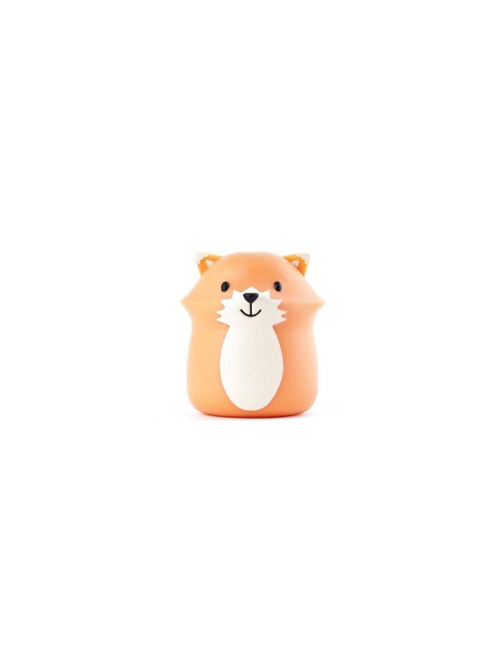 Joli porte brosse à dents à ventouse en forme de renard. Design Kikkerland. A ventouser sur le carreaux de la salle de bain ou le miroir et en protection de brosse pour poratir en voyage. Dimensions: 4X 4,5 cm. Matériau: plastique.