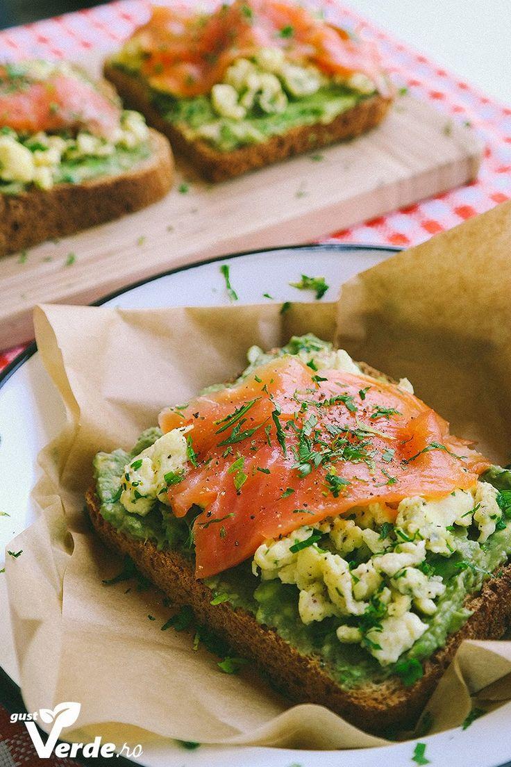Gust Verde: Mic dejun rapid: Sandwich cu piure de avocado, omleta si somon.