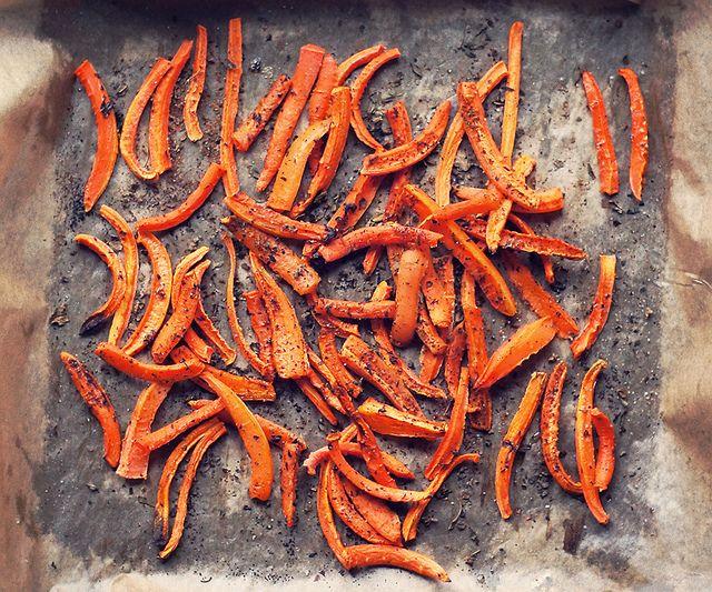 Морковь фри с томатным кремом •10 средних морковок •сухой базилик •ложка сухого чеснока •соль & перец •3 ложки гхи (или кокосового масла) Томатный крем •5 бакинских томатов •половинка авокадо •3-5 вяленных томатов (или 8 оливок в масле) •1/2 сладкого красного перца •соль по вкусу Порежьте морковь на палочки, как картофель фри — длиной в 5-6 см и толщиной в 1 см. Переложите морковь в сухую миску, полейте маслом гхи и добавьте специи. Хорошо перемешайте.  Разогрейте духовку до 180 градусов.