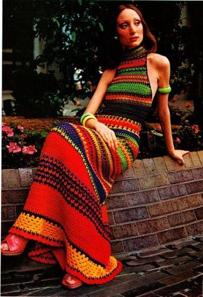 Vestido anos 70. Materiais artesanais como crochê e bordados eram muito fortes na época