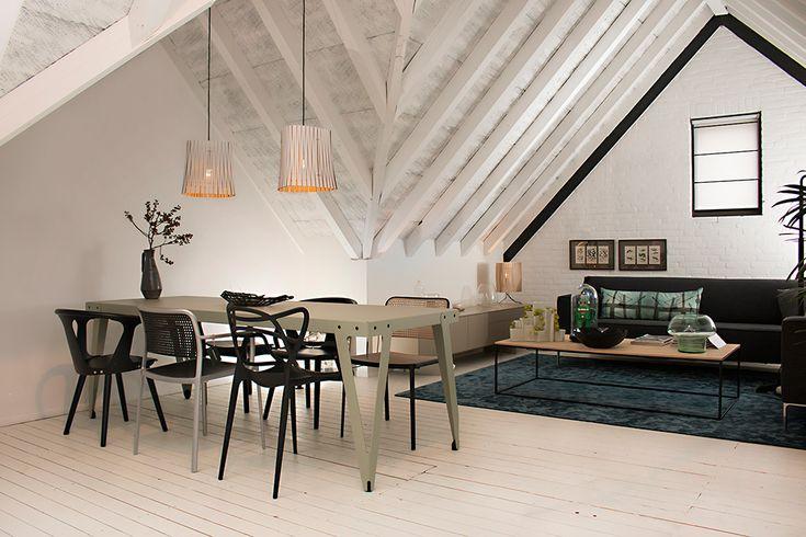 De Lloyd tafel van Functionals met daar omheen diverse stoelen. Boven de tafel hangen de Kerflight van Graypants