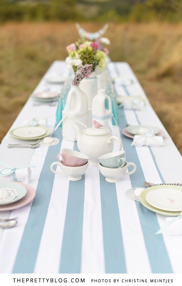 Oh I love bridal showers, actually any kind of celebration makes me happy. But organising a shower of any kind is not always all that easy. So we asked the Bits of Hue team to come up with an easy and elegant bridal shower table.