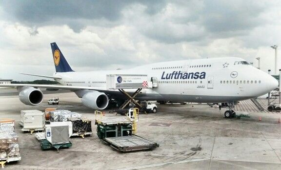 Lufthansa at Ezeiza International Airport, Buenos Aires, AR. Maybe someday I will be able to fly with one of this back to Germany :P #lufthansa #motorola #motog