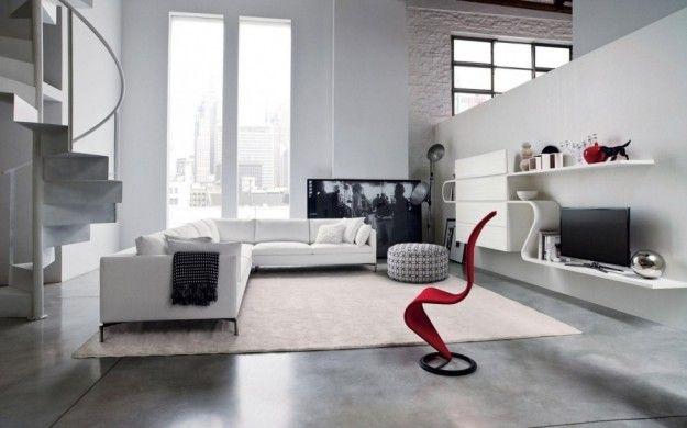 Divano e scala - Per disporre il divano in un salotto con scala, disponete l'imbottito con alle spalle la struttura che collega i due piani