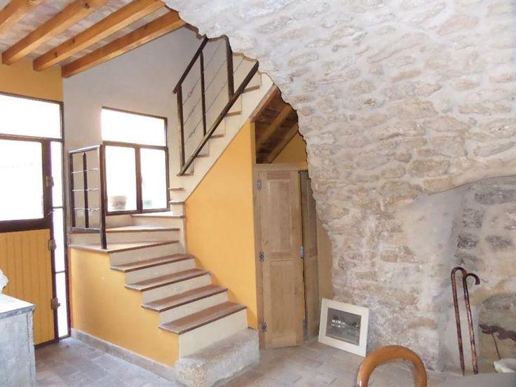 Votre agence ORPI vous propose à Lauris proche Lourmarin Sud Luberon entre Cavaillon et Aix en Provence Beaucoup de charme et beaux matériaux pour cette maison de village en pierre rénovée d'env. 120m² avec cour et terrasse solarium comprenant au rez-de-chaussée une entrée sur cour séjour / cuisine de 55 m², WC indépendant. Au 1er, une chambre avec salle d'eau (douche italienne, deux vasques, WC), un bureau. Au 2ème, une chambre avec salle de bains (2 vasques, baignoire balnéo, WC). Au…