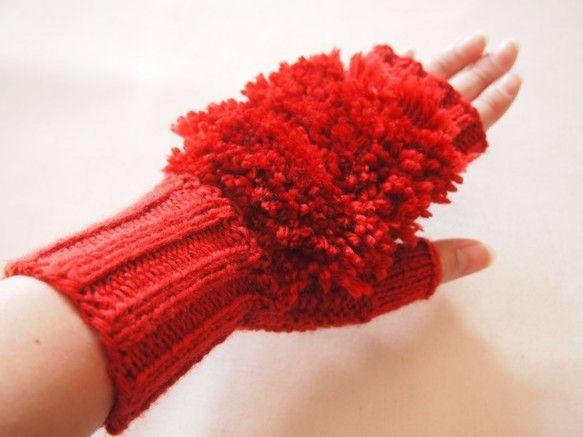 〜11月1日より受注再販開始いたします!〜寒い冬の手に。ウールの指なし手袋です。手首はゴム編みで、風が入らないように密着します。手の甲には、アクセントにボンボン風にモコモコをつけました。指なしなので、携帯電話などやコインなど、着脱せずに使えます。*受注生産について*ご注文の際は、下記をご参照くださいませ。 期間 :ご注文より5日〜2週間ほど頂いております。 サイズ:レディース・メンズ からお選びください。     手を覆う幅が変わります。長さは変わりません。     ・メンズは、男性用の幅広タイプ。カラー:赤サイズ(手首の長さ):9cm   (手のひら〜指の隠れる部分);15cm   (親指の長さ):3cm素材:ウール100%(防縮ウール)