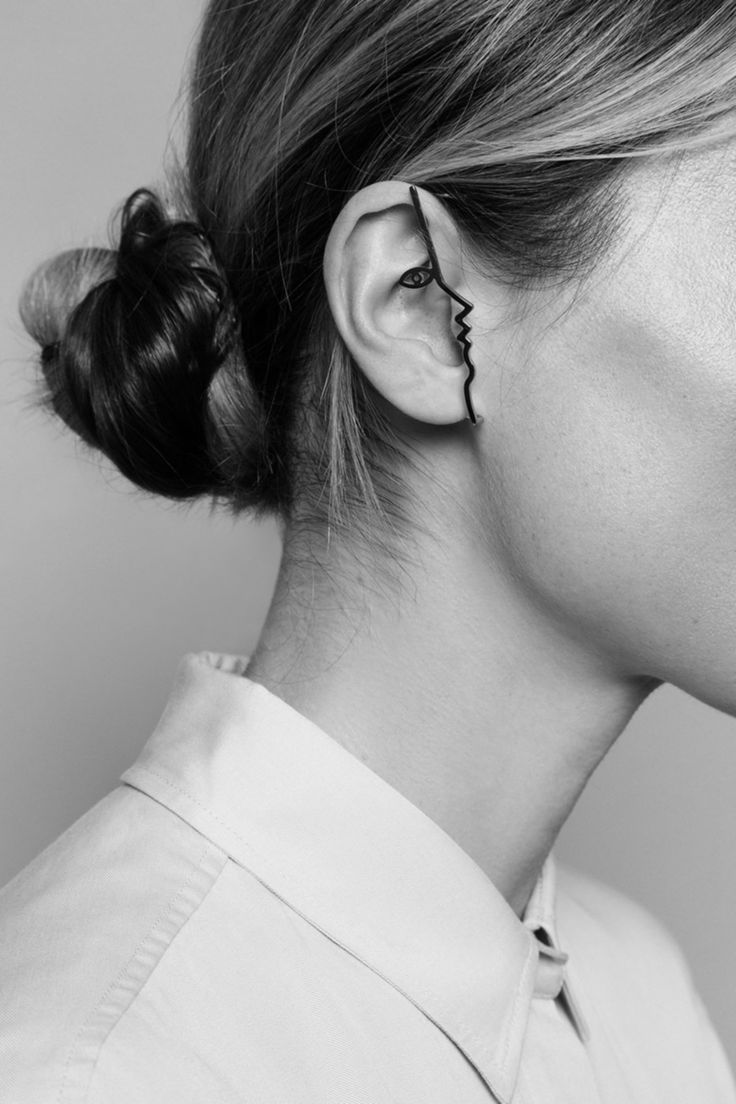 Zajímavé torzo obličeje pro zachycení náušnice, náušnice je středem pozornosti, přitom se nejedná o detail na ucho.